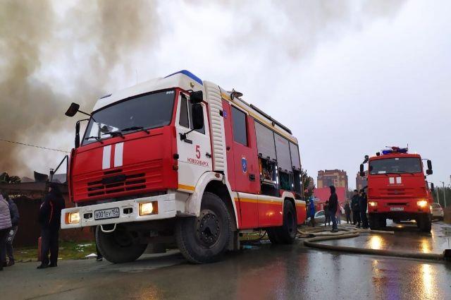 Трехэтажный гаражный бокс загорелся на улице Кропоткина в Заельцовском районе Новосибирска. Строение, где произошел пожар, находится около заправки.