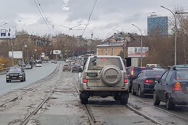 Сегодня, 17 ноября, многочисленные аварии привели к пробкам в Новосибирске. Из-за ДТП движение затруднено сразу на нескольких улицах.