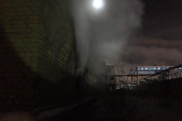 Два человека погибли в пожаре, произошедшем в трехэтажном заброшенном здании на территории завода «Сибсельмаш» в Ленинском районе Новосибирска.