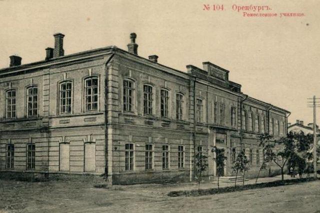 Училище долго располагалось в нынешнем здании по улице Советской, 3 «на птичьих правах».