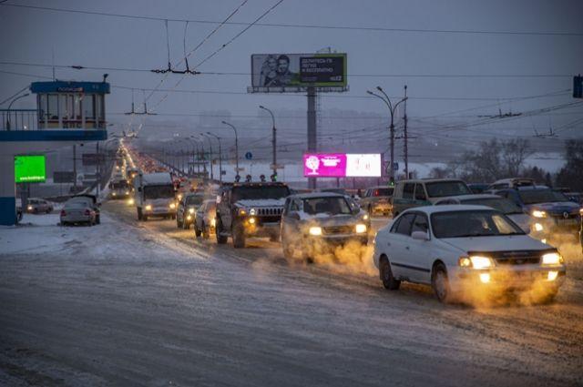 Жители Новосибирска жалуются на дымку и едкий запах в центре города