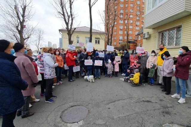 Пикет собрал около 500 жителей района.
