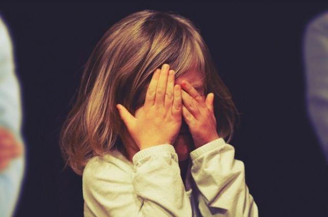 Девочка ехала в автомобиле с отцом, когда тот потерял сознание. Ребенок звал на помощь прохожих. Но никто не откликнулся, тогда девочка позвонила матери.