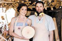 Артём и Мария Шеины отправляют заказы по всему миру.