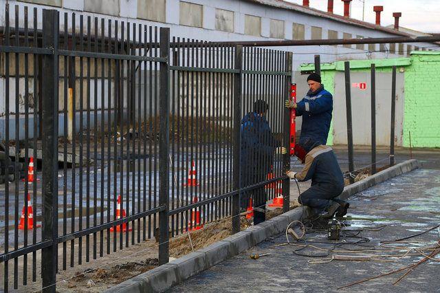 У бассейна в Фокинском районе Брянска устанавливают новый забор