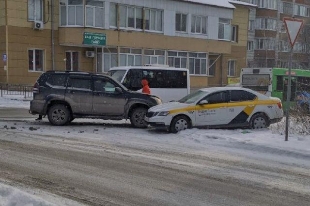 Брендированный автомобиль такси и внедорожник столкнулись в районе ОбьГЭС в Новосибирске.