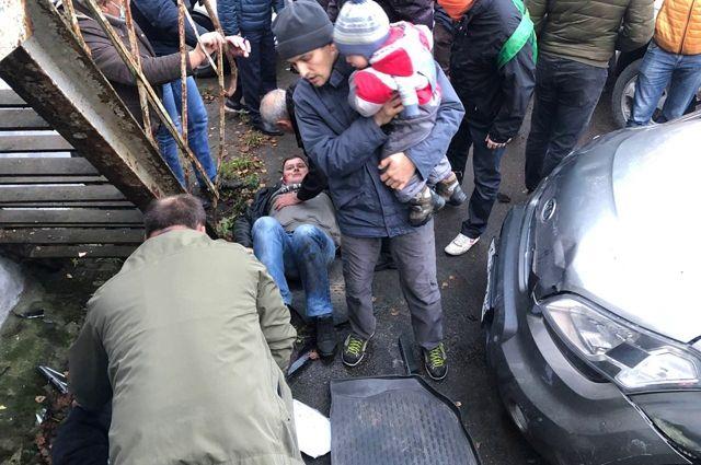 На водителя, врезавшегося в толпу людей в Холмогоровке, возбудили уголовное дело