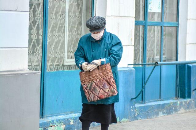 Одна из причин, по которой пожилые люди могут выйти из дома, - поход в магазин.