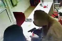 С пневматическим пистолетом мужчина забрал не только деньги офиса, но и офисного работника.