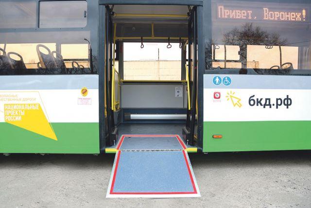 Автобусы имеют удобные откидные пандусы и оснащены пневматической подвеской.