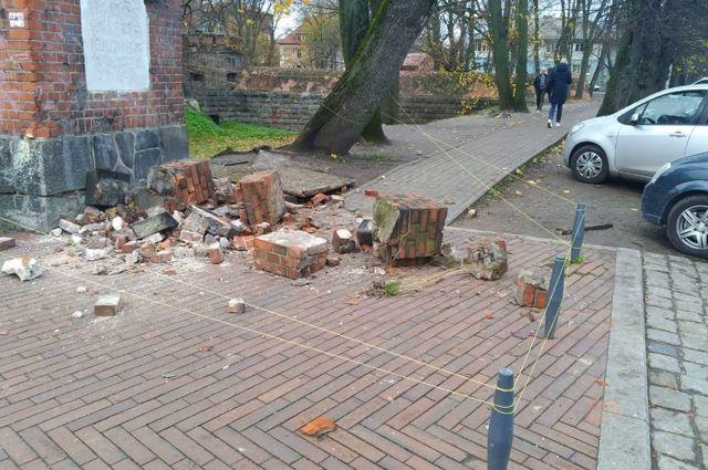 Кирпичи с Башни Врангеля падают на тротуар