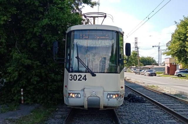 В трамвайном депо на улице Кошурникова в Дзержинском районе Новосибирска вчера ночью, 18 ноября, произошел пожар. Загорелся трамвай №13.