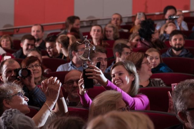 Смогут ли в этом году зрители на открытии фестиваля передавать из рук в руки «Музу кино на колесе истории», покажет время.