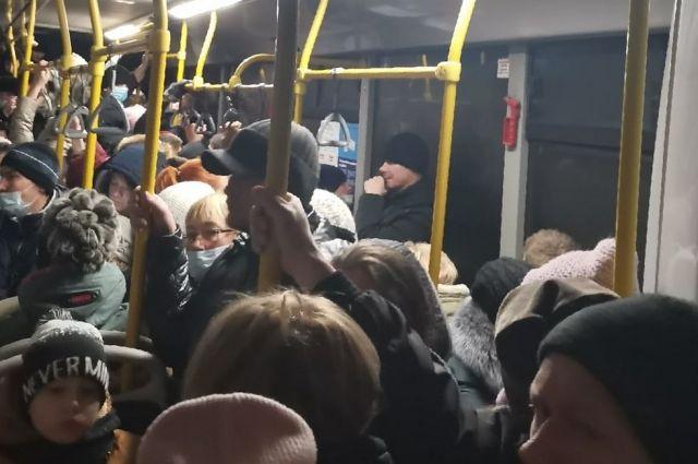 Пришедший автобус оказался переполнен.
