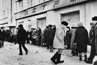 В 90-е в магазины Свердловской области выстраивались огромные очереди.