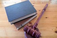 Глухонемой мужчина признан виновным в убийстве своего также глухонемого товарища. Обвиняемый нанес своей жертве 24 удара по голове металлическим разводным ключом.