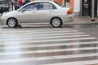 Женщина переходила дорогу в Оренбурге на красный свет светофора.