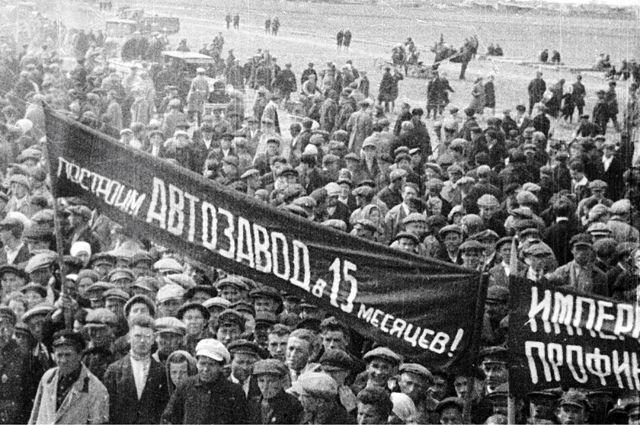 Митинг строителей Нижегородского автомобильного завода— будущего ГАЗа, сентябрь 1930г. Первый автомобиль сошёл сконвейера вянваре 1932г.