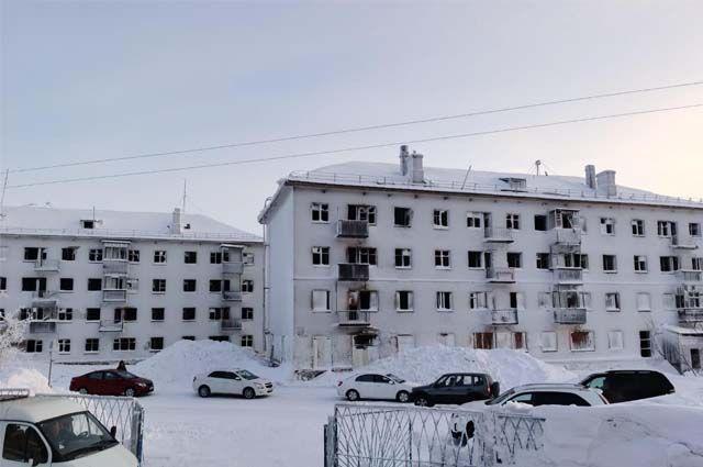 Так, в Воркуте есть посёлки, жителей которых собираются расселить, однако их дома не считаются аварийными, соответственно, не подлежат сносу и реконструкции.