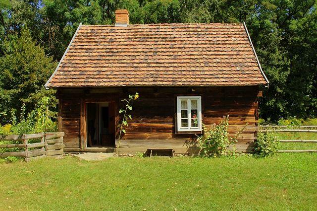 Многие молодые семьи мечтают о домике в деревне.