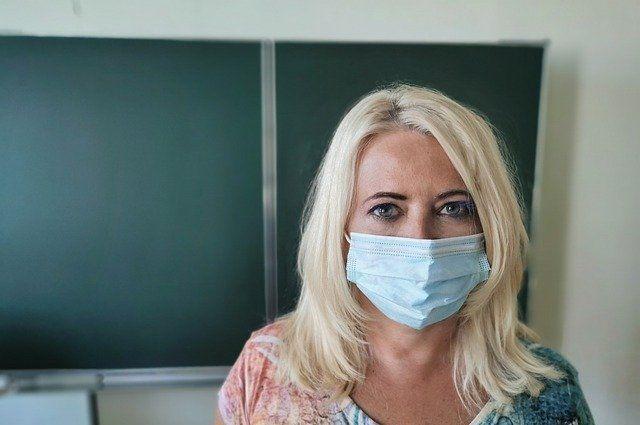 Количество заразившихся детей снизилось не сильно, а вот заболевших учителей стало в 2 раза меньше.