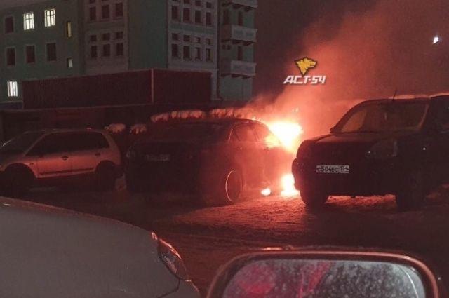 Ранним утром в Новосибирске загорелся один из автомобилей, припаркованных около жилого дома районе вокзала «Новосибирск-Главный».