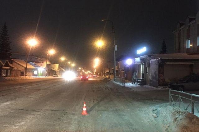 В Новосибирске неизвестный водитель сбил пешехода на переходе и скрылся с места ДТП.