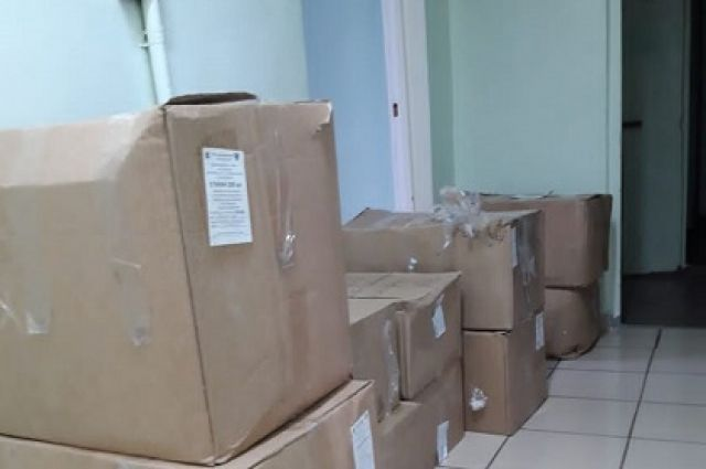 В Больницу Братска поступили маски и комплекты одноразовой посуды.