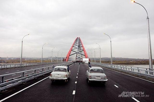 Седан и бетоносмеситель после столкновения практически перекрыли проезд в сторону левого берега по Бугринскому мосту в Новосибирске.