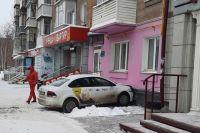 Автомобиль такси врезался в стену дома в Новосибирске.