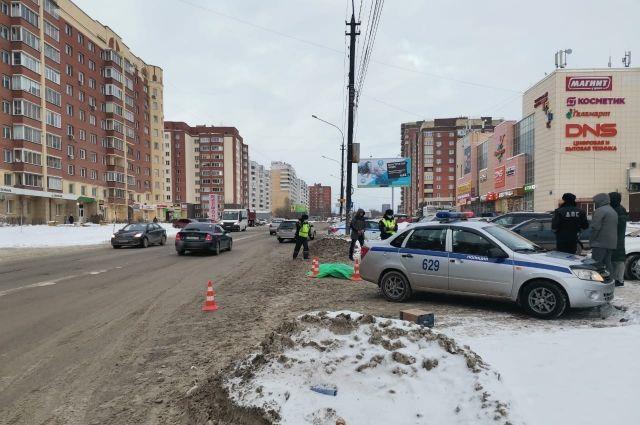 В Октябрьском районе Новосибирска произошло ДТП со смертельным исходом под колесами иномарки. Об этом рассказали инспекторы отдела БДД ГИБДД Новосибирска.