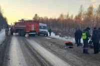 В аварии погиб водитель легкового автомобиля. Два человека из микроавтобуса получили травмы.