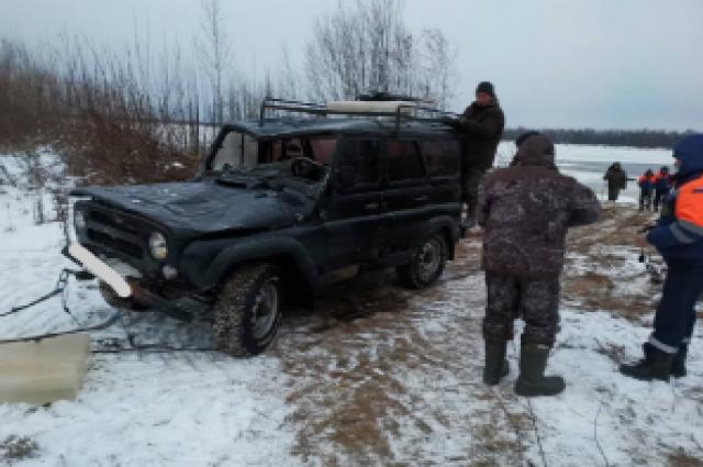 Чтобы достать автомобиль и тело погибшего, под лёд погружались два водолаза.