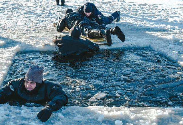 Лед не выдержал, человек провалился. На водоемах ХМАО идут учения МЧС