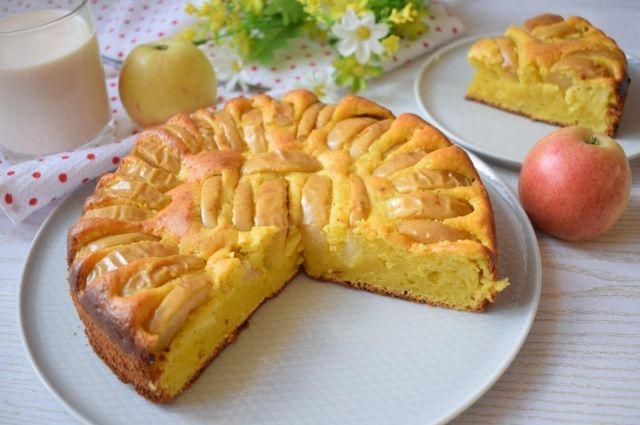 Нежная и вкусная: творожная шарлотка с яблоками