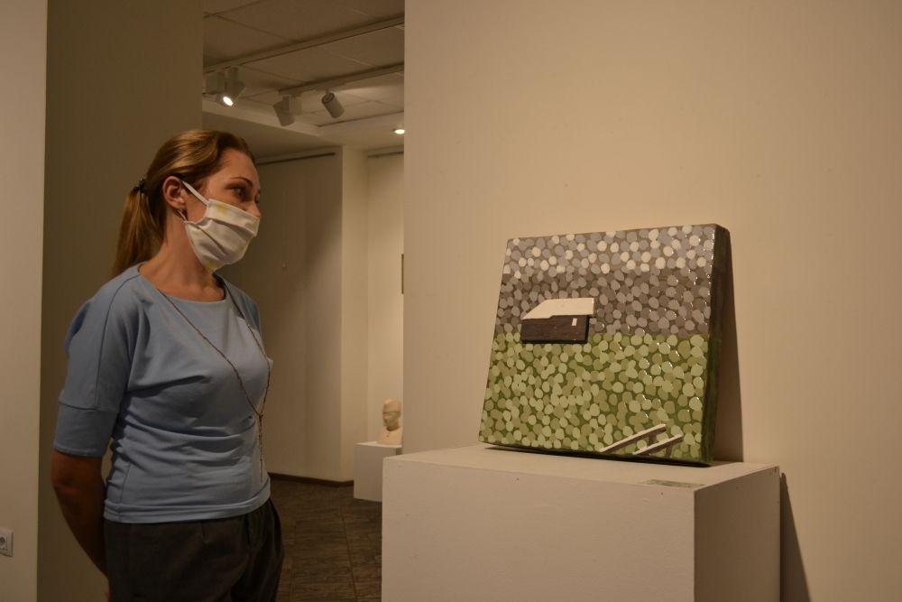На персональной выставке сестёр представлены три десятка работ. Каждая работа не просто образ, объект или персонаж в том виде в каком его воспринимает зритель, это, выраженные в материале, эмоции, чувства, переживания.