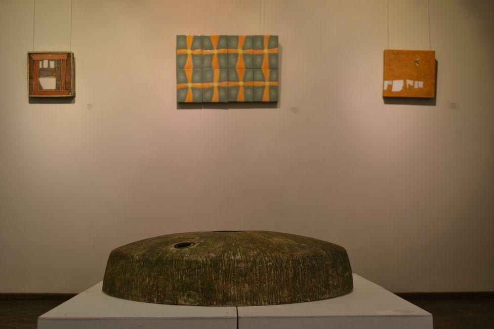 Экспозиция раскрывает картину творческой жизни художников, рассказывает об их мировосприятии и отношении к окружающей реальности за последние 10 лет.