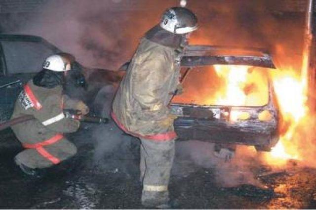 Ночью в Новосибирске загорелся автомобиль.