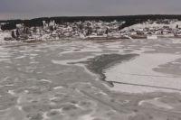 Дети вышли гулять на неокрепший лёд и провалились.