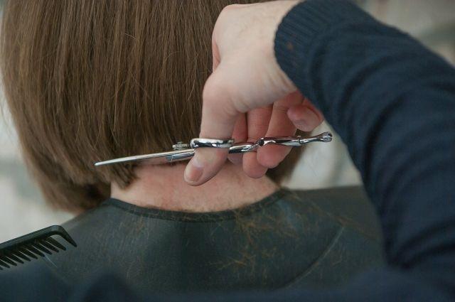 Барбер из Новосибирска бесплатно стрижет врачей.