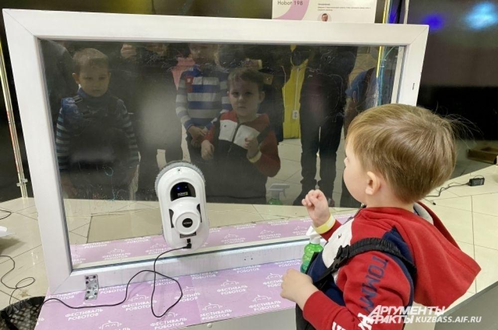 Также тут можно вживую увидеть известного робота-стекломойщика.
