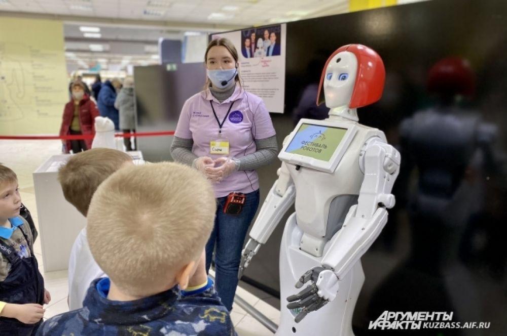 Есть и российские роботы, один из которых робот Кики. Она способна передвигаться по помещению, распознавать эмоции и поддерживать беседу.