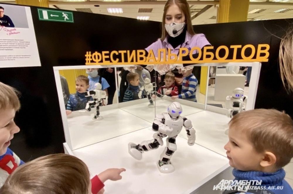 Большая часть роботов в музее созданы для помощи в быту или развлечения - они поют, танцуют, декламируют стихи, подсказывают рецепты блюд или предупреждают о погоде.