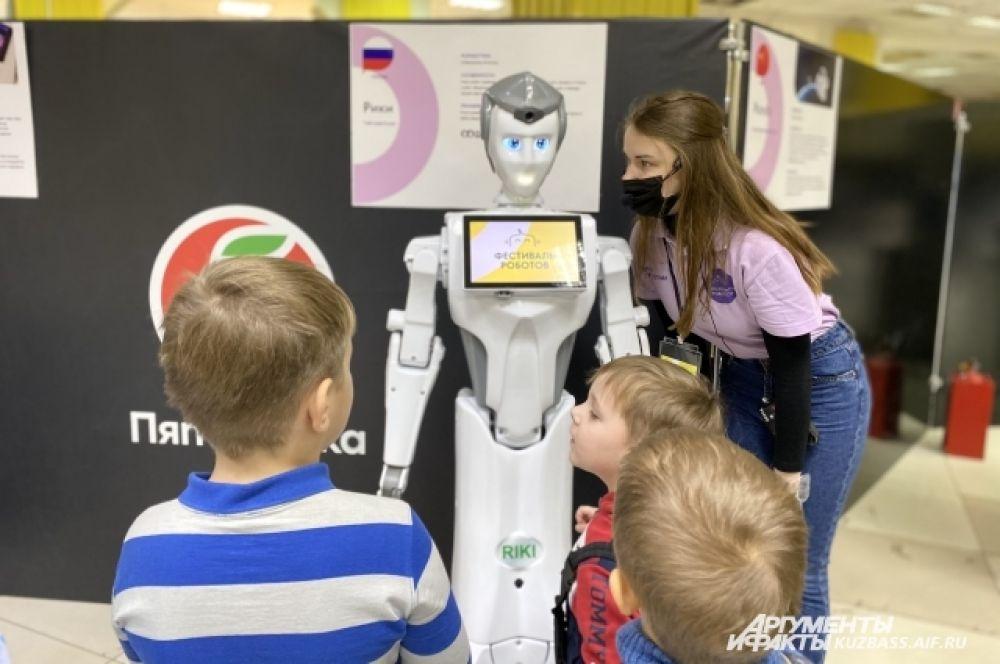 О роботах рассказывают гиды, которые дают пообщаться или поиграть с каждым экспонатом.