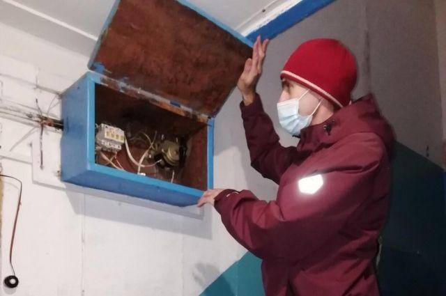 В Салехарде проверяют электропроводку в аварийных домах