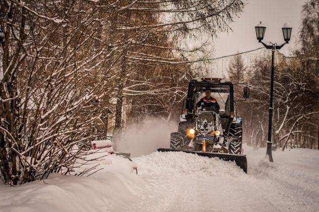 С улиц Новосибирска вывозят снег.
