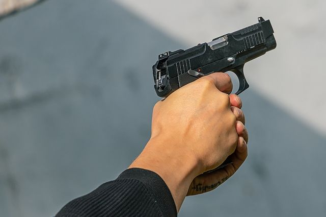 Мужчина, угрожая пистолетом, похитил 1450 руб.