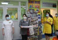 Волонтер Ксения Фадеева вручила коллективу районной детской поликлиники благодарности и пирог от пациентов