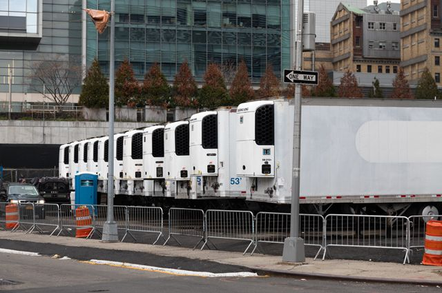 Грузовики-рефрижераторы для тел погибших на улицах Нью-Йорка.