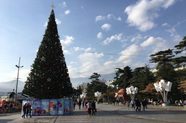 Новогодняя елка на набережной Ялты